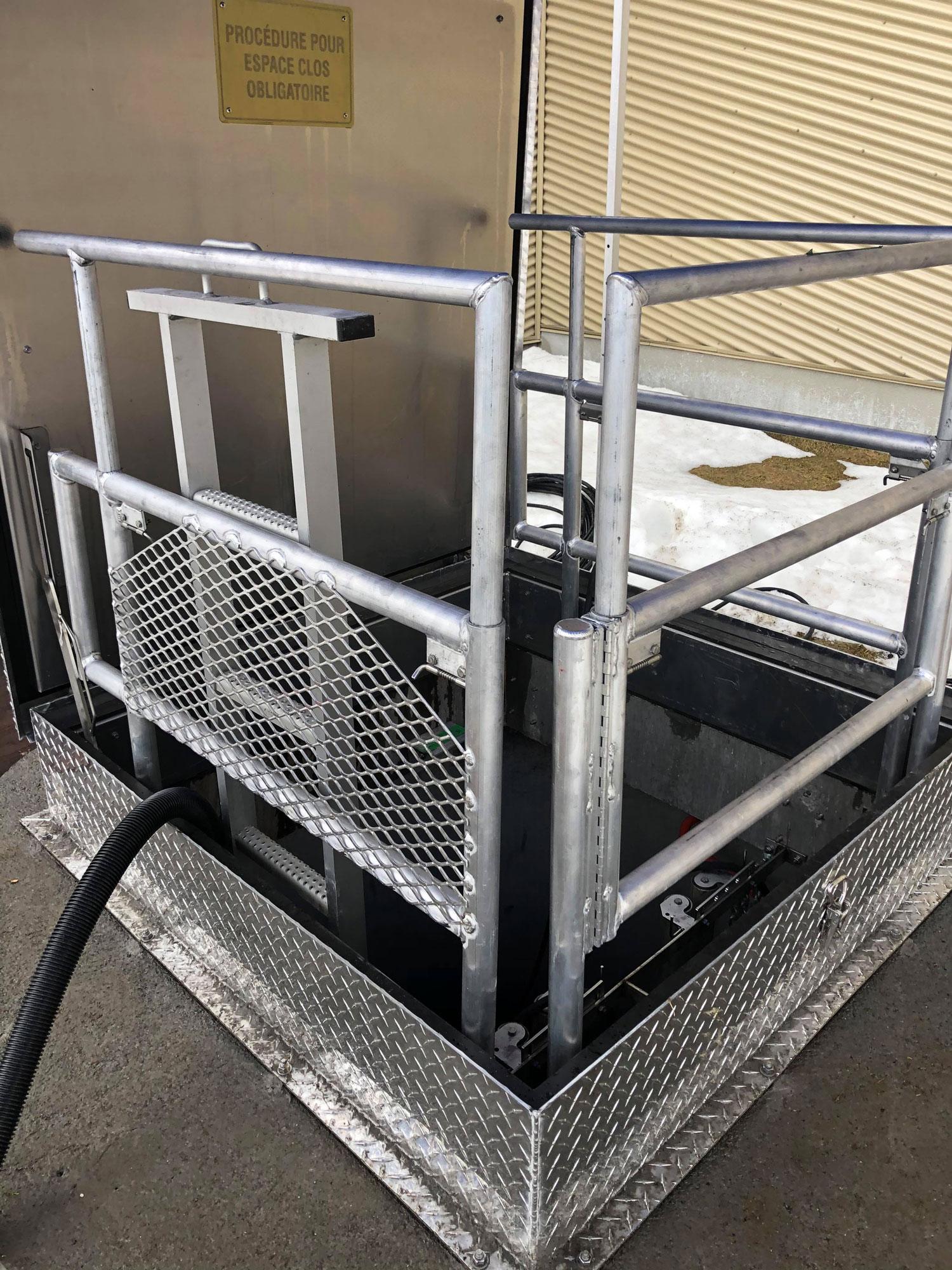 Trappe d'accès avec garde-corps intégré | Projets sur mesure | Par ABM enviro.